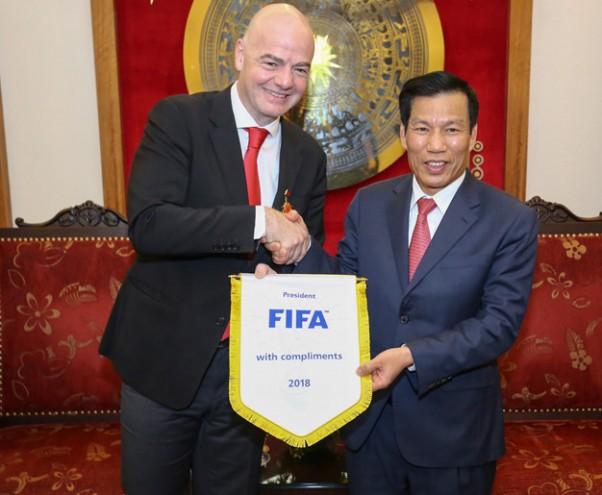 Chu tich FIFA: 'Toi cam thay tu hao ve bong da Viet Nam' hinh anh 2